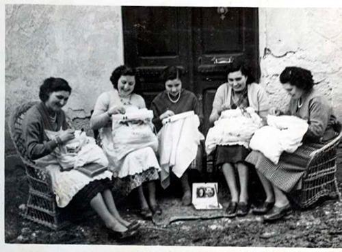 Mujeres-cosiendo